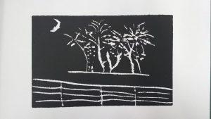 Gravure d'un élève en noir et blanc représentant un paysage avec des arbres derrière une barrière