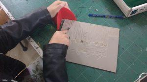 Eleve travaillant à une linogravure
