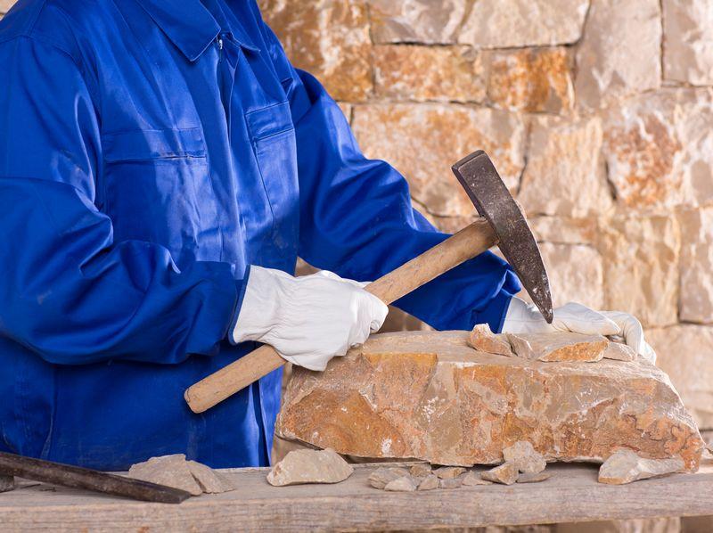Biais des sensations et du langage pour apprendre à tailler la pierre