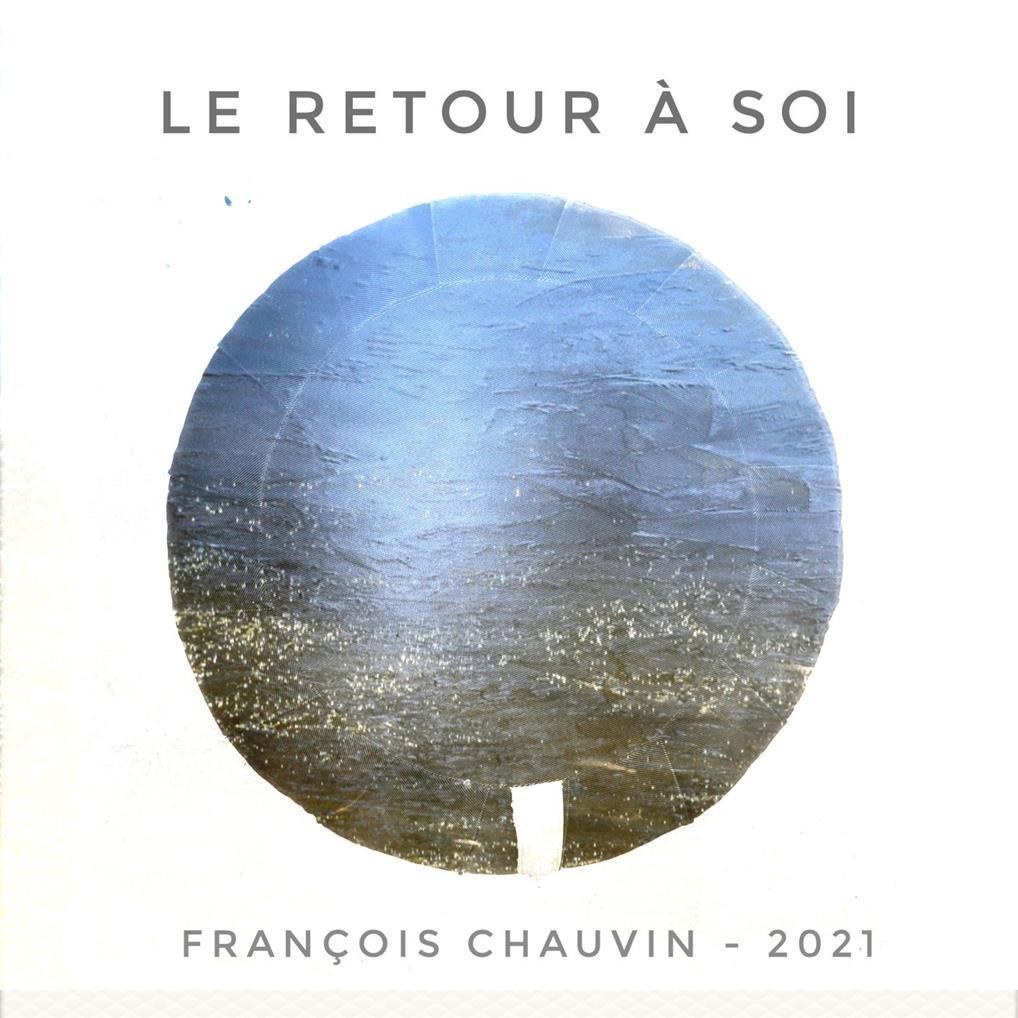 Affiche de l'exposition: sur fond blanc, une des oeuvres de François Chauvin : un cercle représentant une sculpture dans du tuffeau (matériau composé de craie). Abstraite, elle affiche un dégradé de bleus, verts, gris qui semble être la mer avec des reflets du soleil